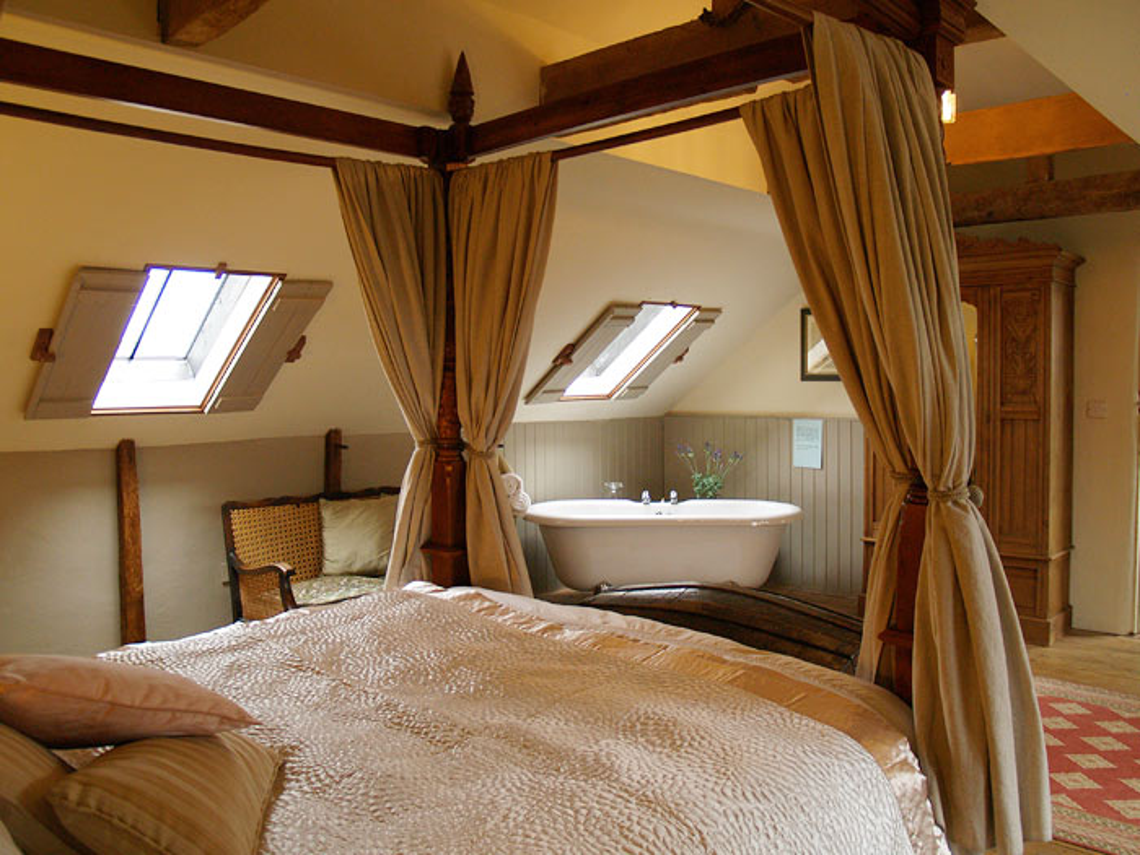Bath In Bedroom. Cysgodycoed.